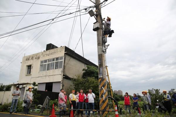 新竹市長林智堅爭取電線電纜地下化,今後香山、南寮地區風災停電有解。(記者蔡彰盛翻攝)