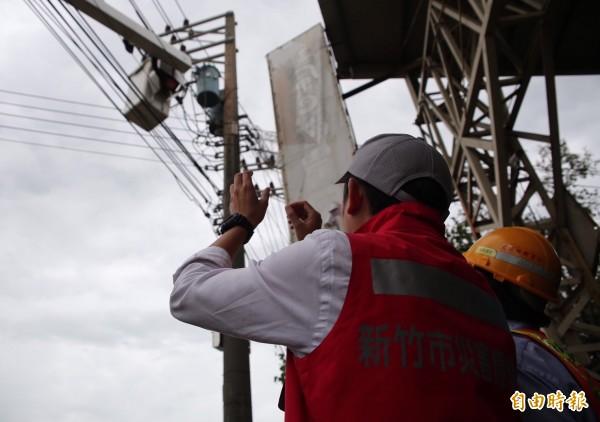 新竹市長林智堅爭取電線電纜地下化,今後香山、南寮地區風災停電有解。(記者蔡彰盛攝)