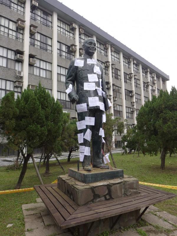 輔大校園昨日有學生及社會人士闖入欲破壞蔣公銅像,遭警察逮捕並移送法辦。(記者李雅雯攝)