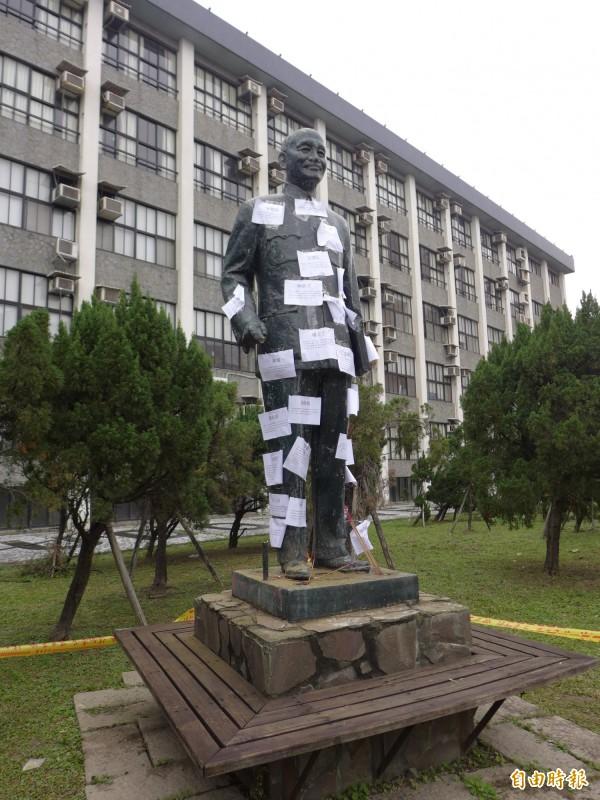 輔仁大學校園內蔣介石銅像受到破壞。(記者李雅雯攝)