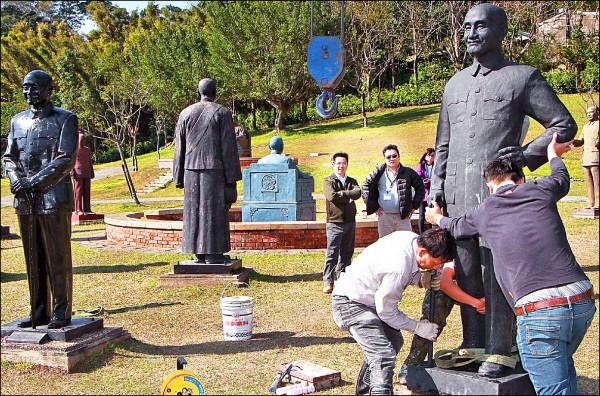宜蘭市公所已將中山公園內的蔣介石銅像遷移至桃園慈湖陵寢(見圖),孫中山銅像則將交由宜蘭市中山國小接管。(宜蘭市公所提供)