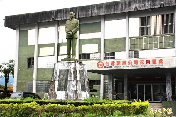 位於花蓮觀光糖廠前高達五公尺的蔣介石銅像,是中區鄉鎮中最大的一座,存廢問題曾一度引起爭議。 (記者王峻祺攝)