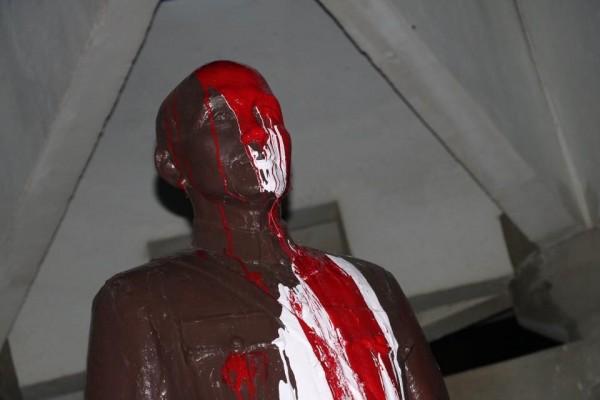 中山大學蔣介石銅像遭潑漆,警掌握7名學生,但校長備案不提告。(讀者提供)