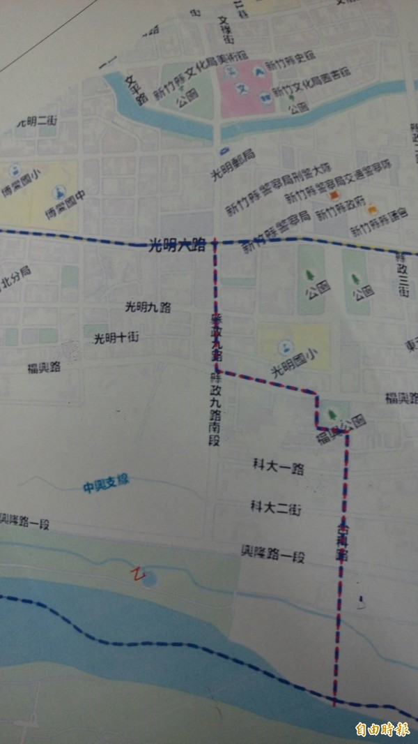 新竹縣竹北市人口數最多的斗崙里,現有1萬6000餘人,比1個鄉還多;為使行政區域及行政資源更為合理化,今起調整分為斗崙里、中崙里2個里,圖為劃分2里的界線。(記者廖雪茹攝)