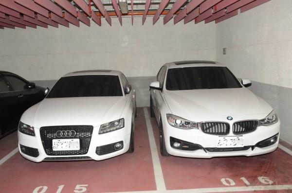 檢警查扣BMW(右起)與奧迪跑車,將聲請沒收。(記者張瑞楨翻攝)