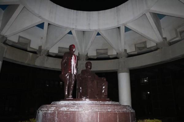 中山大學蔣介石銅像,今晨再被潑漆。(讀者提供)