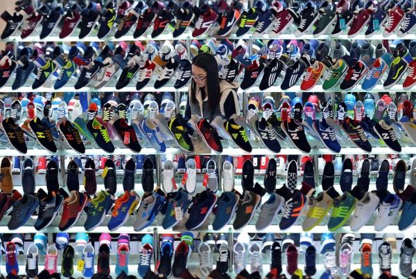 中國福建省晉江市子江中學,日前向該校某年級的家長發送通知,要求學生不可穿「進口鞋」進入校園。(路透)