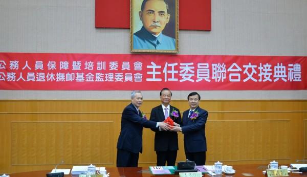 任考試院副院長李逸洋、考試委員陳慈陽昨天到任,兩人任期均到民國109年8月31日。並於今天上午舉行交接儀式。(考試院提供)