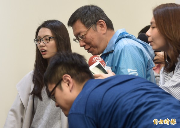 柯文哲當選後葉芝邑(左)繼續擔任柯的隨行秘書。(資料照,記者簡榮豐攝)