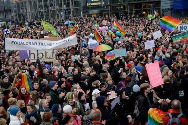 芬蘭於2014年由國會以105票比92票反對通過婚姻平權法案,支持者歡欣鼓舞。(資料照,路透)
