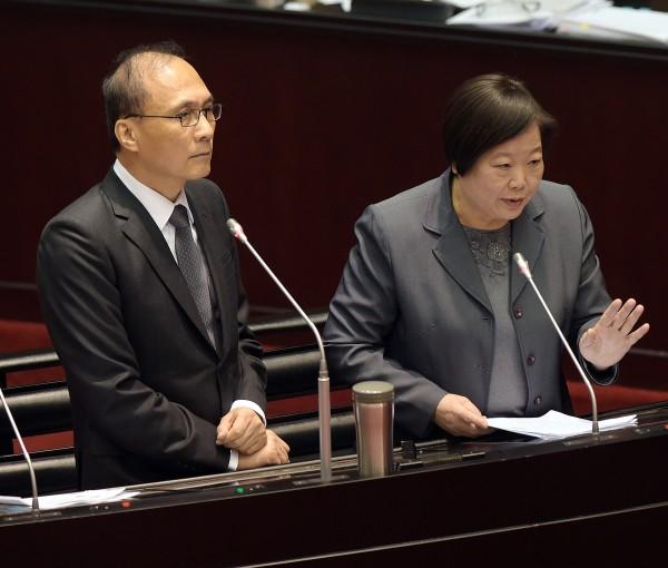 行政院長林全(左)表示,女性承擔過多不對等及不友善的社會責任,是非常嚴重的社會問題。(資料照,記者黃耀徵攝)