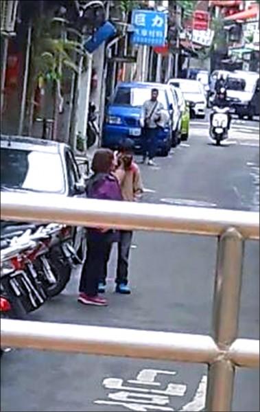葉姓婦人(左)要取走詐款時,被埋伏警方逮捕,嚇得說有檢警指她涉入吸金案,指揮她到台北「協助辦案」以洗刷冤情。(記者陳恩惠翻攝)