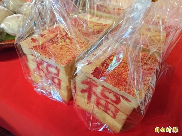 台南首創吐司金紙。(記者洪瑞琴攝)