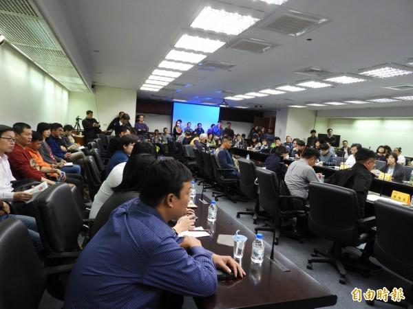 老屋民宿合法化座談會,業者出席熱絡。(記者洪瑞琴攝)