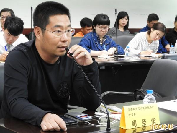 南市民宿文化發展協會理事長周榮棠建議市府設法解決老屋民宿問題。(記者洪瑞琴攝)