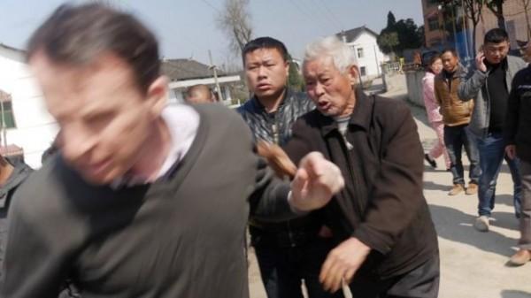 BBC的採訪團隊在湖南採訪途中遭一群不明人士攻擊,更誇張的是,他們離開後還一路被追趕,甚至還遭當地警方強迫簽下「認罪書」後才能離開。(圖擷自BBC)