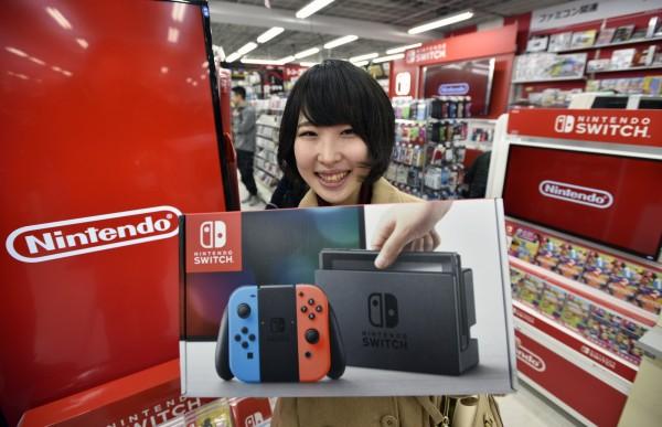 任天堂睽違四年推出新主機「Nintendo Switch」,今正式發售。(歐新社)