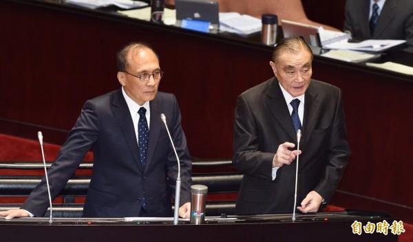行政院長林全(左)、國防部長馮世寬(右)3日針對軍中染毒議題,答覆立委質詢。(記者羅沛德攝)