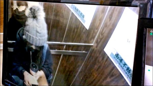 陳姓嫩模進商場搭電梯成了最後身影。 (記者邱俊福翻攝)