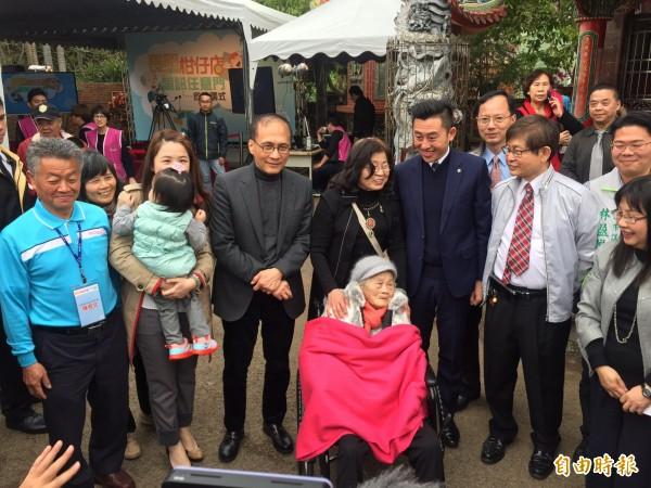 長照2.0試辦上路,行政院長林全(左三)今到新竹市港北社區發展協會出席長照「柑仔店」揭牌儀式。(記者王駿杰攝)