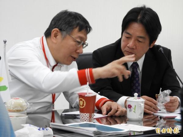 市政簡報座談會後,台北市長柯文哲與台南市長賴清德交頭接耳地私語聊談。(記者洪瑞琴攝)