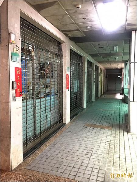 萬象綜合大樓內,除了1樓有15間商家和公司行號外,2、3樓和地下1樓成廢墟,命案發生後,管委會已將通往地下樓層的安全門上鎖。(記者陳恩惠攝)