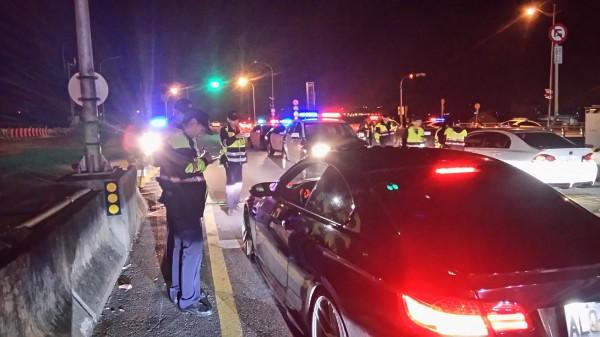 苗栗警方在台72線出「口袋戰術」查緝疑似車聚飆車車輛。(記者張勳騰翻攝)