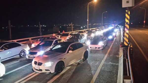 苗栗警方一口氣在台72線欄查120輛小客車全面清查是否有改裝違規。(記者張勳騰翻攝)