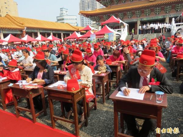 中市性平大會考今舉行,700多人齊戴狀元帽在孔子面前考試,超壯觀。(記者蘇金鳳攝)