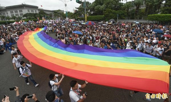 5月起,北市註記同性伴侶者,也能同一般配偶,申請社會住宅。圖為2016第14屆台灣同志大遊行。(記者方賓照攝)