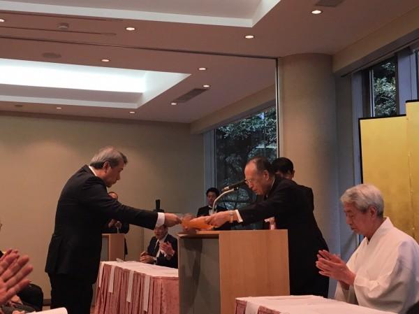 台灣漆藝家彭坤炎以「波響」的漆藝作品獲日本漆之美展文部科學大臣賞,是日本24年來首次有外國人得此獎,更是台灣第一人,相當不簡單。(照片由彭坤炎提供)