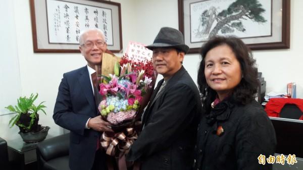 台灣漆藝家彭坤炎(戴帽者)獲日本漆之美展的文部科學大臣賞,是日本24年來首次有外國人得獎,更是台灣第一人,新竹市議長謝文進讚賞其功力,認為是台灣之光。(記者洪美秀攝)