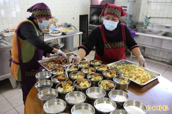 每份便當都根據適合銀髮族的養生菜單製作,有魚有肉有蔬菜。(記者邱芷柔攝)