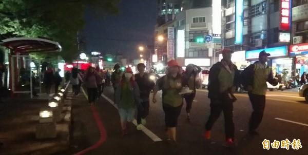 白沙屯媽的信眾小跑步,經過彰化縣政府。(記者劉曉欣攝)