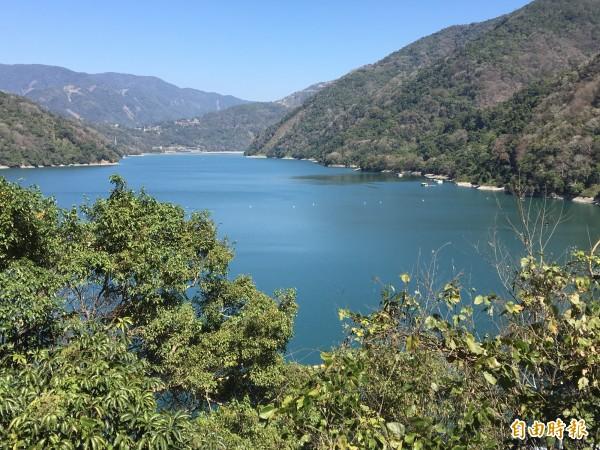霧社水庫因長年淤積,目前得從投83線近壩體處望去,才能見到「碧湖」美景。(記者佟振國攝)