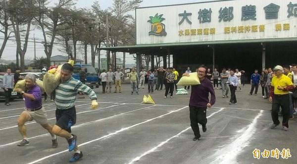 民眾扛20公斤沙包,跑50公尺競技。(記者陳文嬋攝)