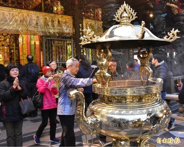 為解決空汙問題,龍山寺廟方決議從5月5日起,只留1座香爐讓信眾插線香。(資料照,記者張議晨攝)