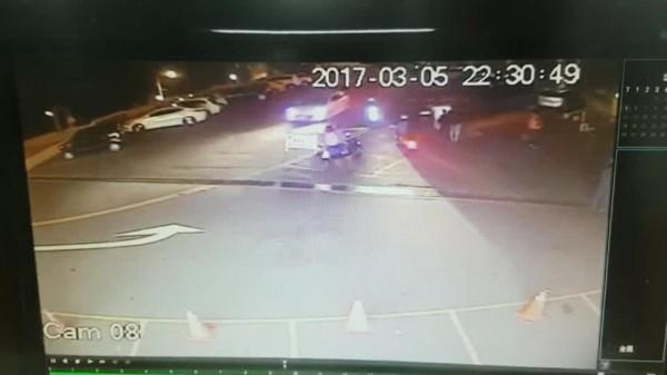 監視器拍下倪嫌等人傷人後騎機車離去。(記者徐聖倫翻攝)