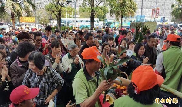 白沙屯媽祖回鑾行經彰化市區,沿途擠滿信眾。(記者湯世名攝)