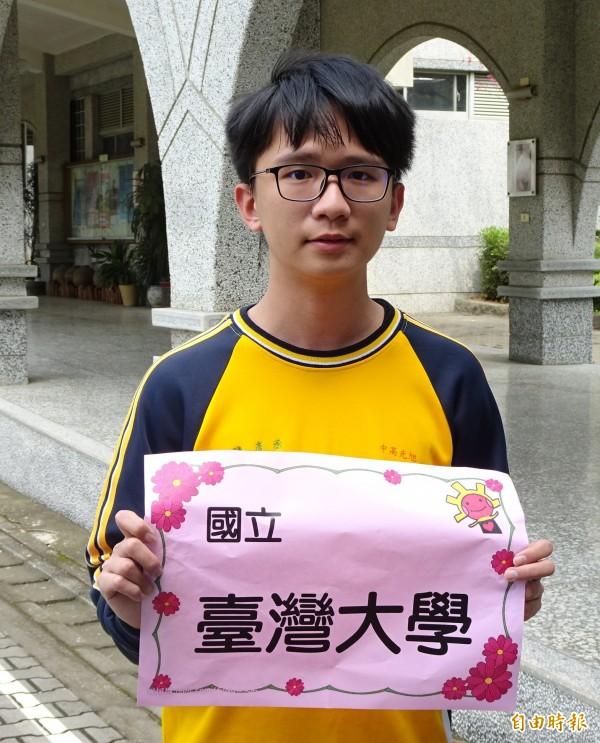 南投縣立旭光高中陳彥丞國中會考成績只有2A3B,但他高中3年努力不懈,靠繁星拚上台大藥學系。(記者佟振國攝)