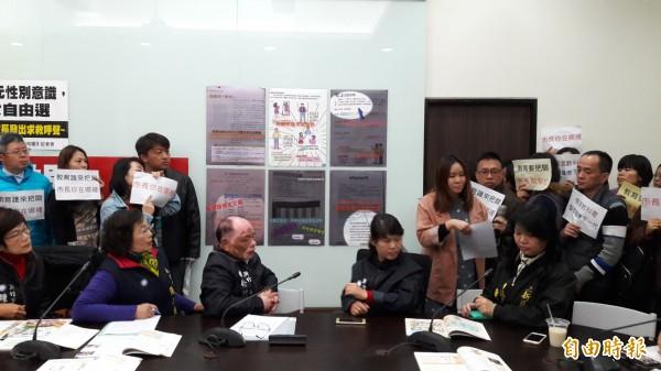 新竹市100名家長陳情抗議國中及高中教科書中有關性別平等的內容極具爭議。(記者洪美秀攝)