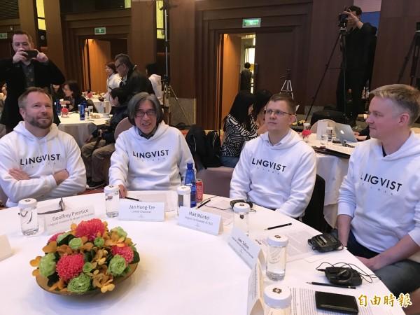 「Lingvist」在愛沙尼亞物理學家Mait Muntel(右二)、Skype共同創辦人Jaan Tallinn(右一)、連科通訊董事長詹宏志(左二),及另一Skype共同創辦人Geoffrey Prentice(左一)。(記者陳炳宏攝)