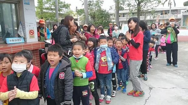 小朋友門在校門口大喊「媽祖婆我愛您!」(翻攝臉書白沙屯媽祖婆網站)