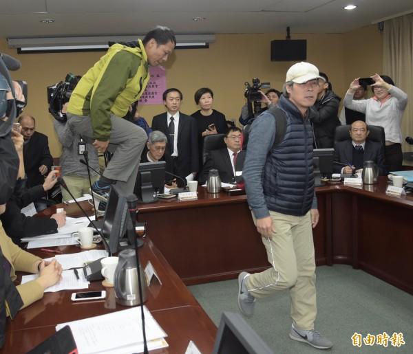 會議進行中有部分退伍軍人協會成員欲強行闖進會場抗議,導致會議暫停。(記者黃耀徵攝)