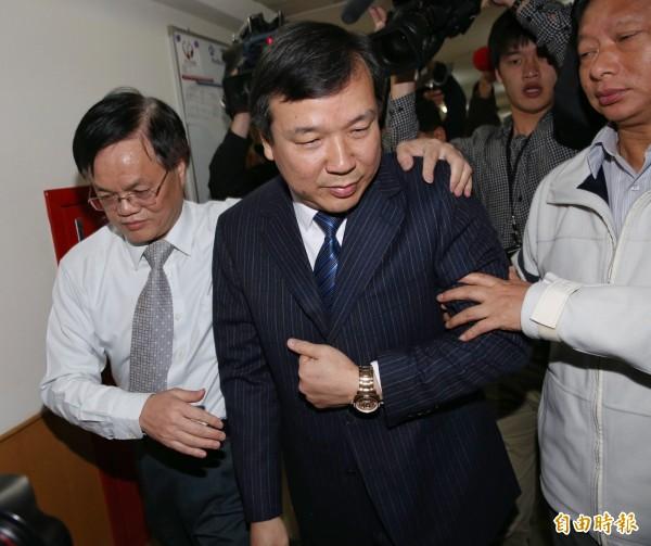 考試院副院長李逸洋宣布會議暫停後離去。(記者黃耀徵攝)