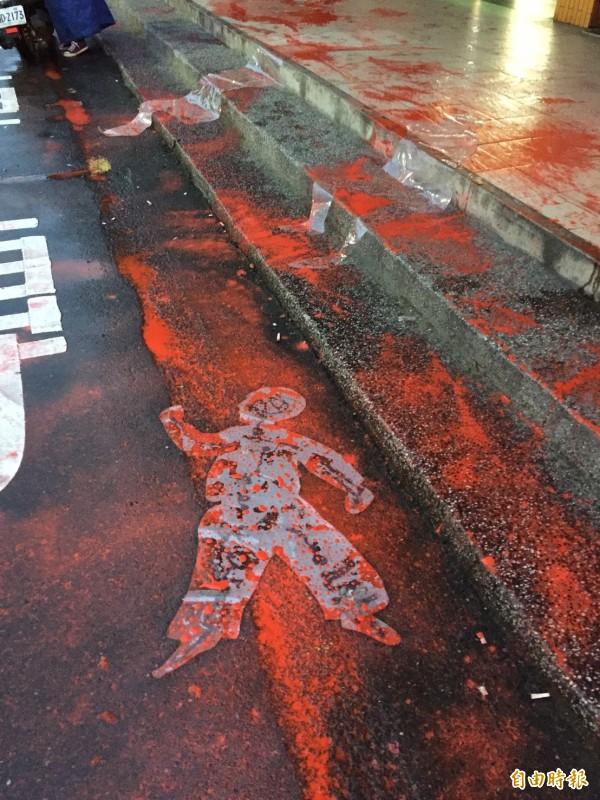 紀念基隆308大屠殺,行動藝術留血紅人型。(記者林欣漢攝)
