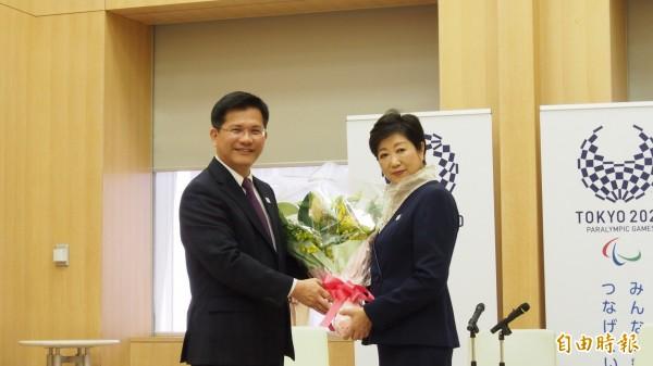 台中市長林佳龍(左)上午拜會東京都知事小池百合子時表示,「台日兩國人民的情誼形同手足」。(駐日特派員張茂森攝)