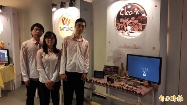 台東大學數位媒體與文教產業學系鄭松泊、吳彥穎、謝旻儒(左起)3位學生共同研發「cleaner」手機app軟體。(記者黃明堂攝)