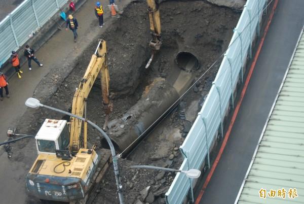 樹林區自來水管老舊問題頻傳,去年一月發生幹管爆裂事件,導致柑園大橋橋面塌陷,水淹民宅。(記者張安蕎攝)