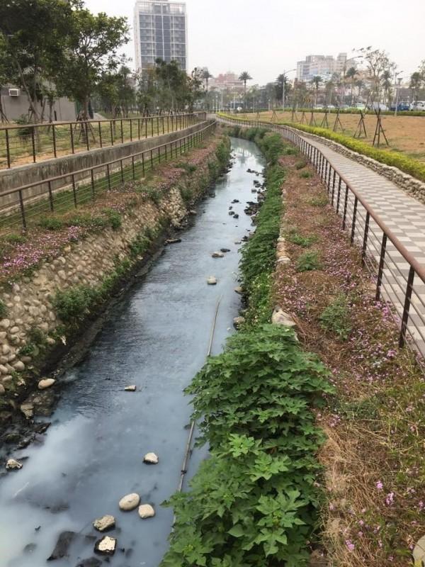 鳳山溪流經前鎮河段驚傳變色。(記者陳文嬋翻攝)